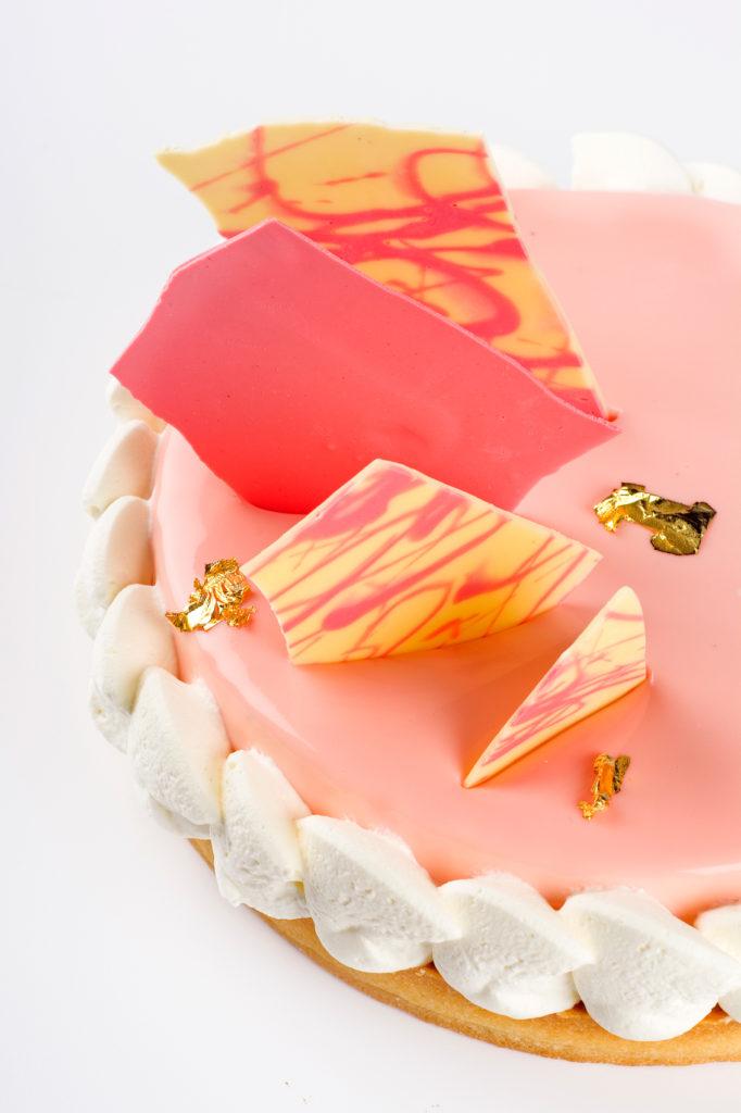 detaliu tarta cu cocos, lime si fructe de padure